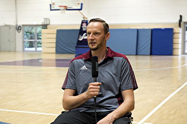 Gefragter Mann bei den Medien: RheinStars-Coach Arne Woltmann Foto: Gero Müller-Laschet