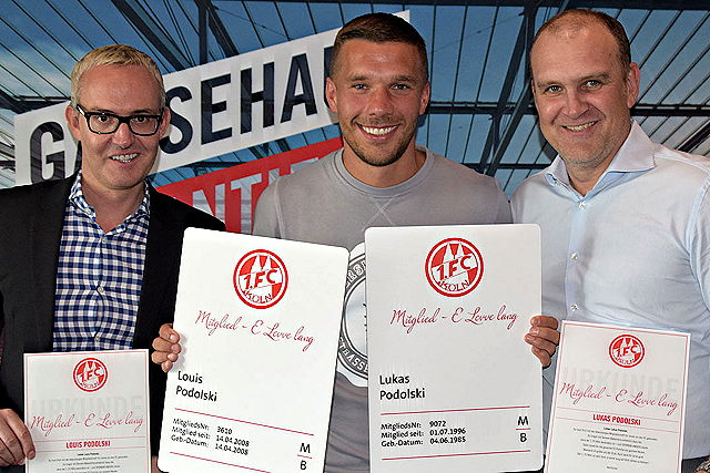 Seit heute lebenslanges Mitglied beim 1. FC Köln: Lukas Podolski (m.) Foto: 1. FC Köln