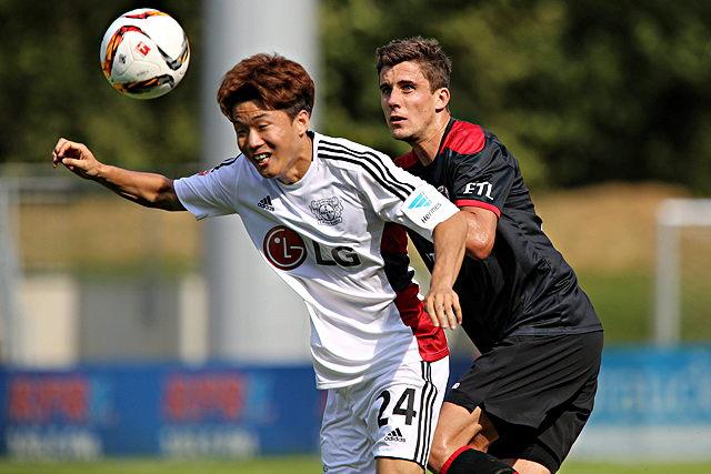 Starker Auftritt gegen Bayer Leverkusen: Viktoria Köln um Abwehrspieler Daniel Reiche (r.) Foto: imago/Oliver Ruhnke