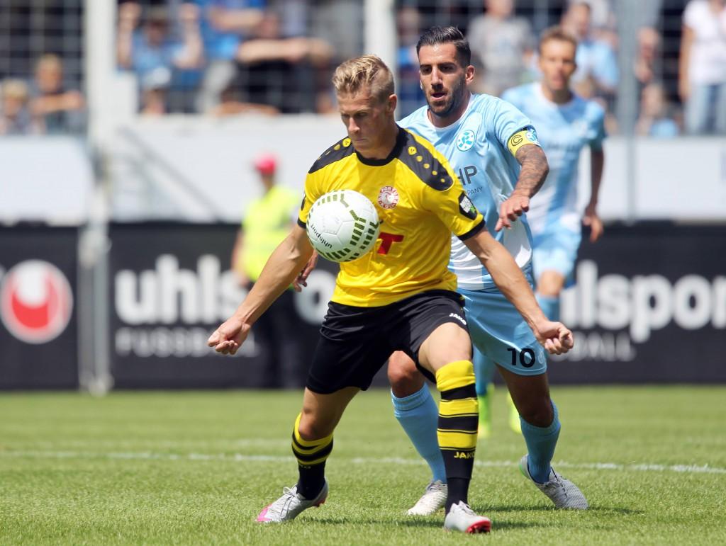 Julius Biada (vorne) erzielte in Stuttgart seinen ersten Drittliga-Treffer und ist nach starker Vorbereitung auch im Heimspiel gegen Absteiger Aalen gesetzt Foto: imago/Sportfoto Rudel