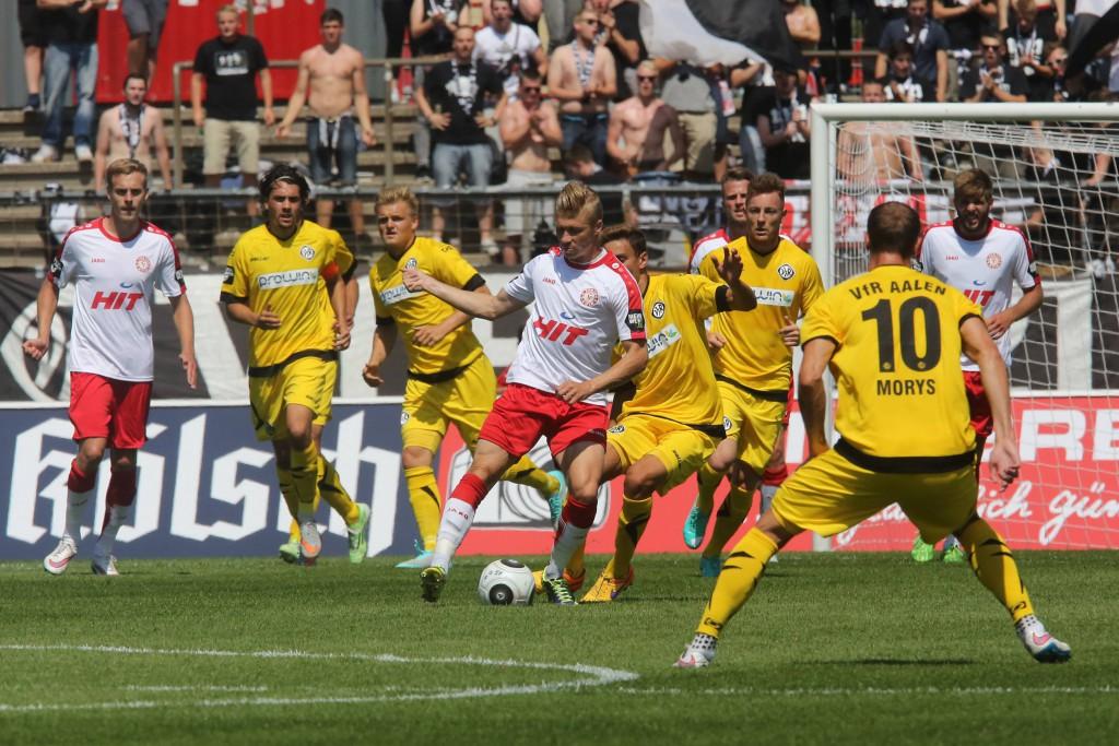 Fortunas Michael Kessel (Mitte) gegen die gelbe Wand. Im ersten Heimspiel der Saison bringt sich Fortuna Köln um den möglichen Sieg Foto: imago/Manngold
