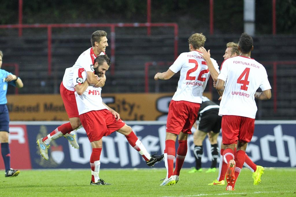 Markus Pazurek (1.v.l.) bejubelt Kristoffer Andersen, den Torschützen zum 3:0. Foto: imago/osnapix