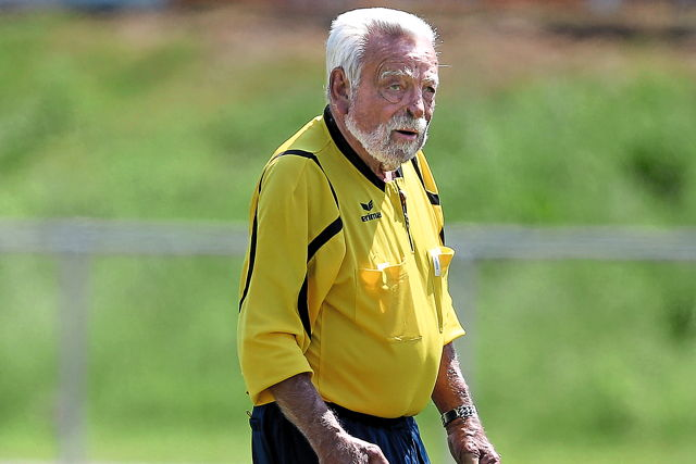 Mit 82 Jahren immer noch in Aktion: Schiedsrichter Paul Kluth Foto: Ben Horn