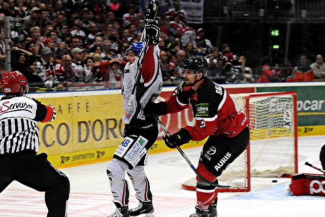 Traf 0,4 Sekunden vor der Schlusssirene zum Augsburger Sieg: Daniel Weiß (l.) Foto: imago/mika