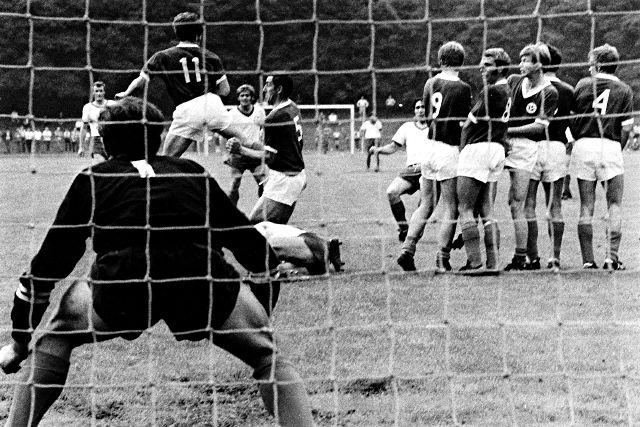 Früher ein Duell auf Augenhöhe: Viktoria Köln gegen Bayer Leverkusen Foto: imago/Pfeil