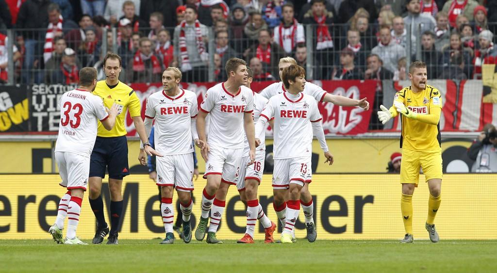 Nach dem mit der Hand erzielten Tor von Leon Andreasen, diskutieren FC-Spieler mit Schiedsrichter Bastian Dankert. Foto: imago/mika