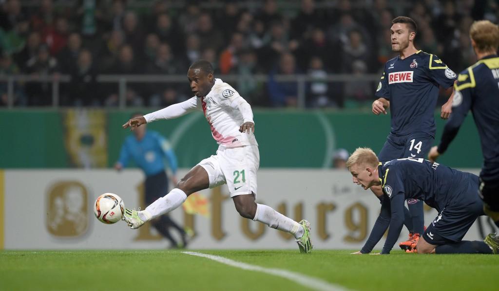 Der Moment der Entscheidung: Anthony Ujah lässt Frederik Sörensen aussteigen und erzielt den Treffer des Abends Foto:imago/ulmer