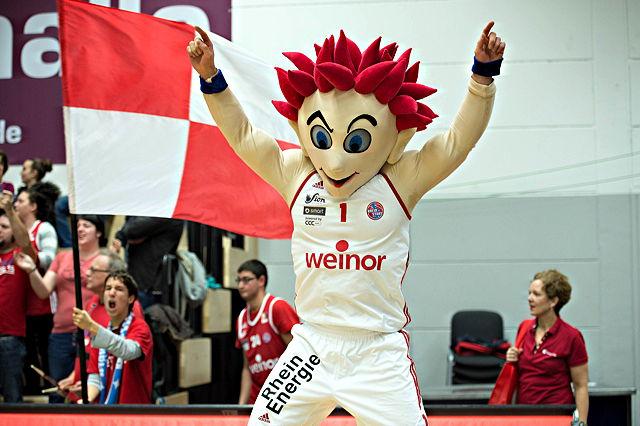 """Freut sich auch auf das zweite Gastspiel in der Lanxess-Arena: RheinStars-Maskottchen """"Jeck"""" Foto: imago/Beautiful Sports"""