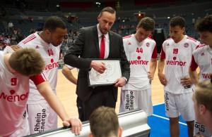 RheinStars-Trainer Arne Woltmann bei der Teambesprechung