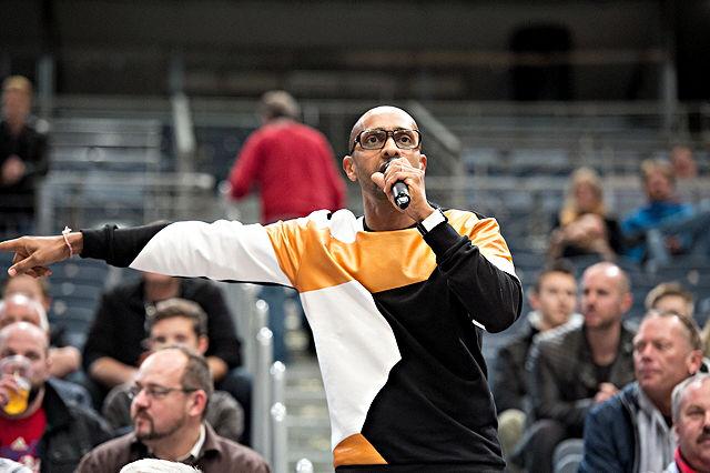Amiaz, Moderator und Entertainer, als Hallensprecher bei den RheinStars Köln