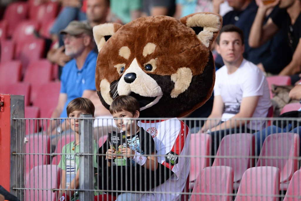 Plan aufgegangen: Fortuna-Maskottchen Fred hat Wiedererkennungswert und ist der Star bei den jüngsten Anhängern Foto: imago/revierfoto