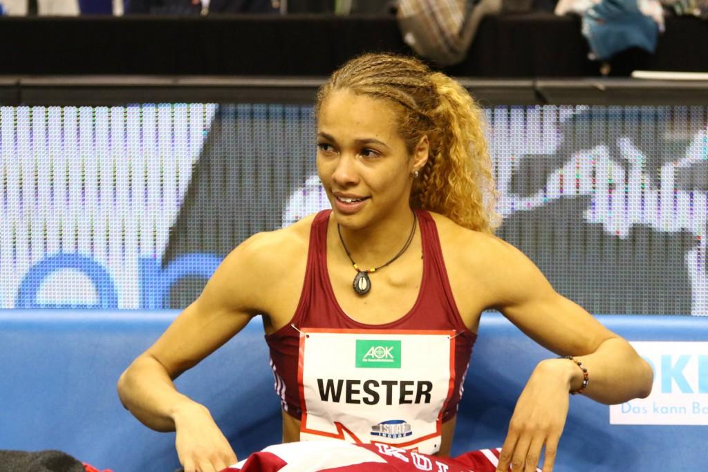 Sichtlich bewegt ist Alexandra Wester nach dem Rekordsprung von Berlin