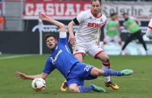 Matthias Lehmann steht, Schalkes Huntelaar fällt