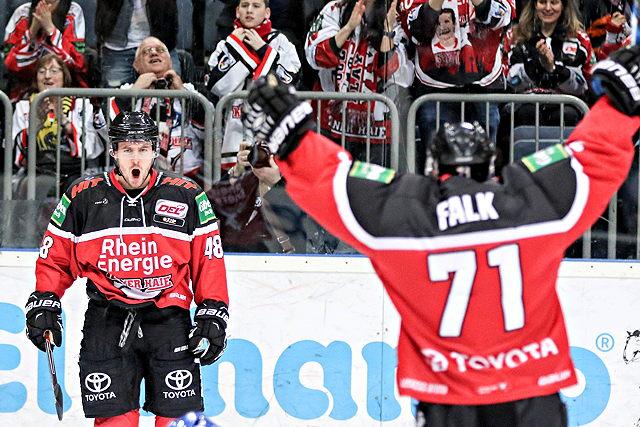 Jean-Francois Boucher und Andreas Falk (beide Kölner Haie) jubeln über das 1:0 gegen Mannheim
