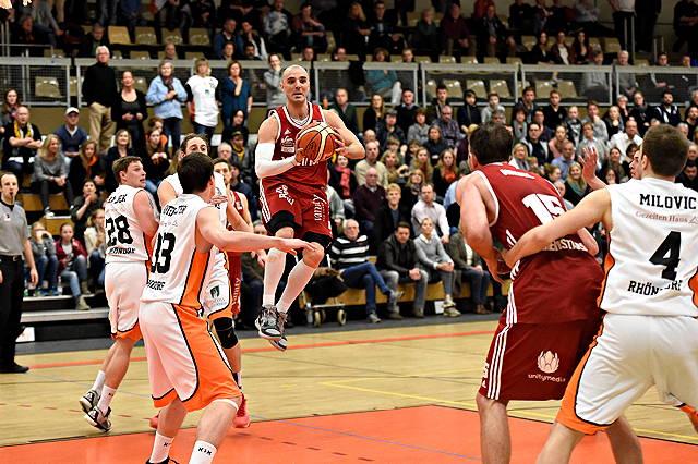 Marin Petric, RheinStars Köln, springt mit einem Basketball in der Hand