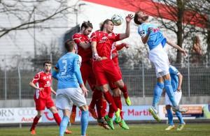 Bei einem hohen Ball klärt Hennefs Marcel Radschuweit vor Hörnig