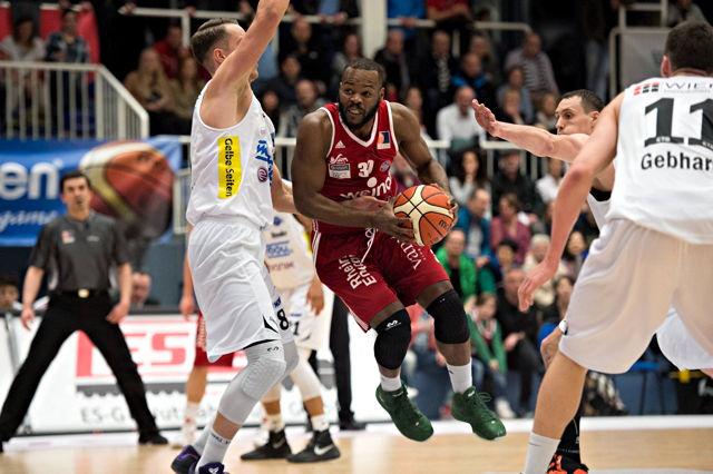 Lakeem Jackson (RheinStars Köln) mit einem Basketball in der Hand