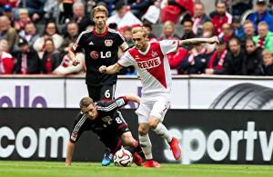Marcel Risse (1. FC Köln) im Duell mit zwei Leverkusenern