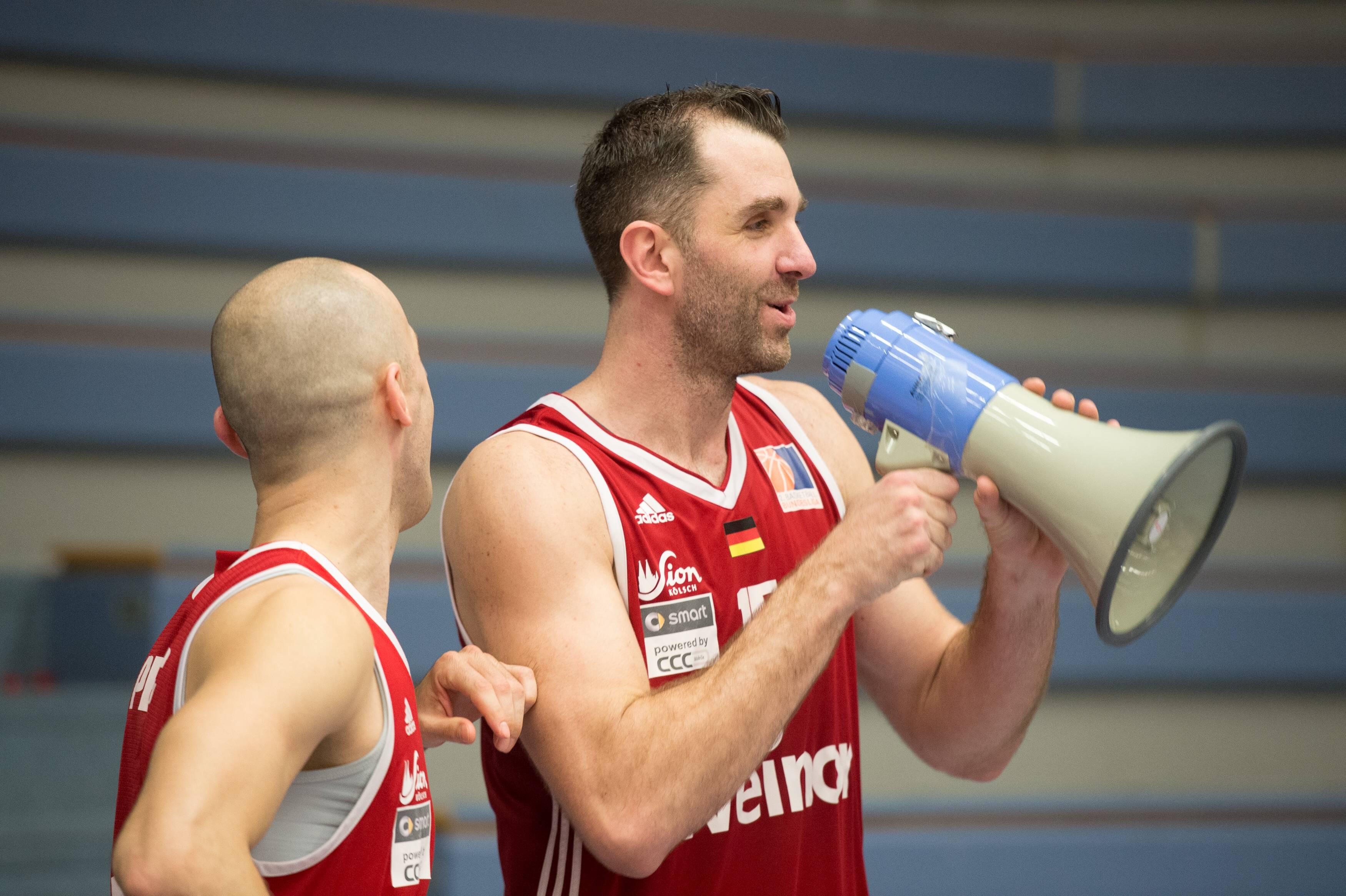 Bernd Kruel hat ein Megafon in der Hand