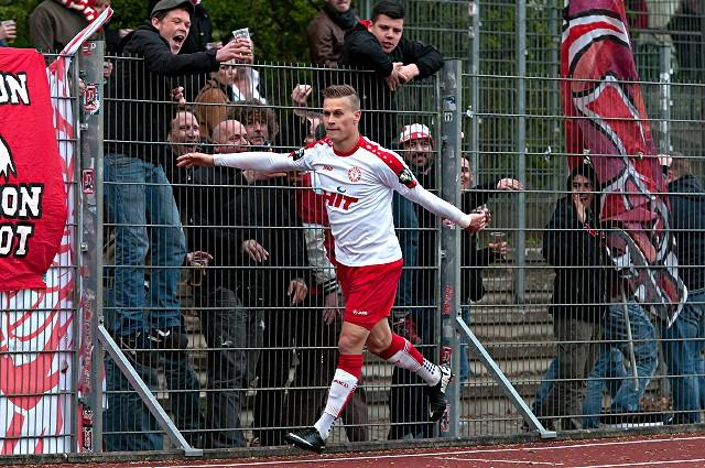 Julius Biada jubelt mit den Fans über seinen Treffer zum 2:1 gegen Werder Bremen II