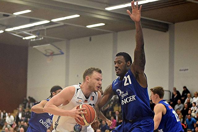 Robin Christen mit Basketball in der Hand