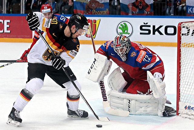 Patrick Hager (Deutschland) scheitert bei der Eishockey-WM an Sergej Bobrowski (Russland)