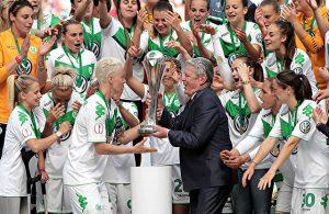 Joachim Guack überreicht den Frauen des VfL Wolfsburg den DFB-Pokal