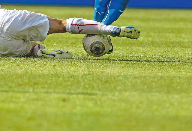 Zweikampf Symbolfoto Fußball