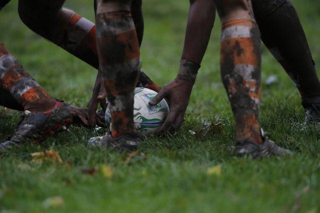 Rugby-Spieler im Matsch