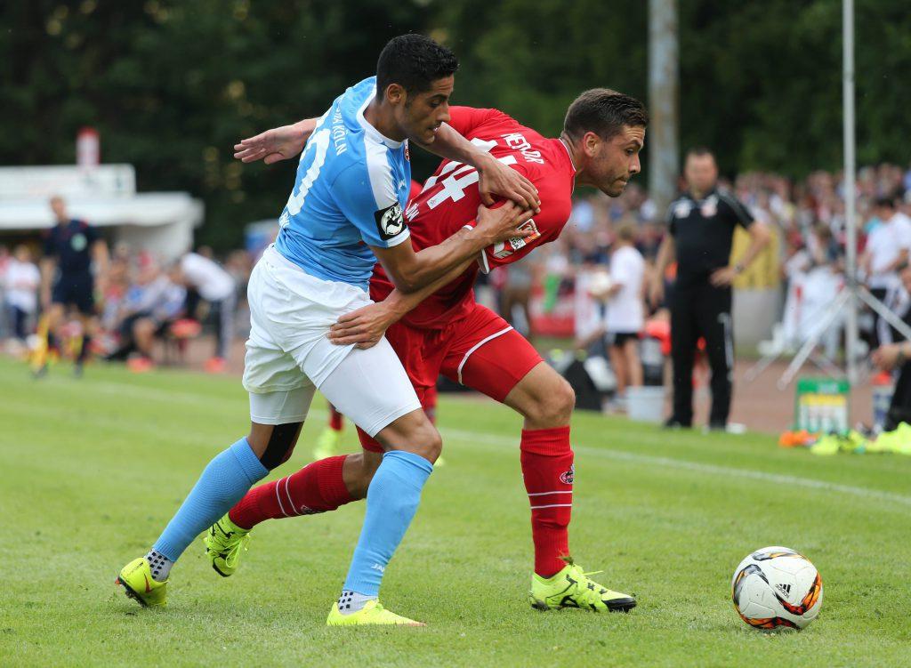 Zweikampf beim Testspiel Fortuna gegen den 1. FC Köln