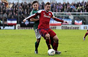 Maik Kegel (Holstein Kiel) am Ball