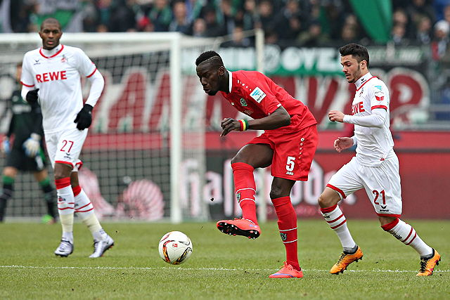 Salif Sané (Hannover 96) im Zweikapf mit Leonardo Bittencourt und Anthony Modeste (1. FC Köln)