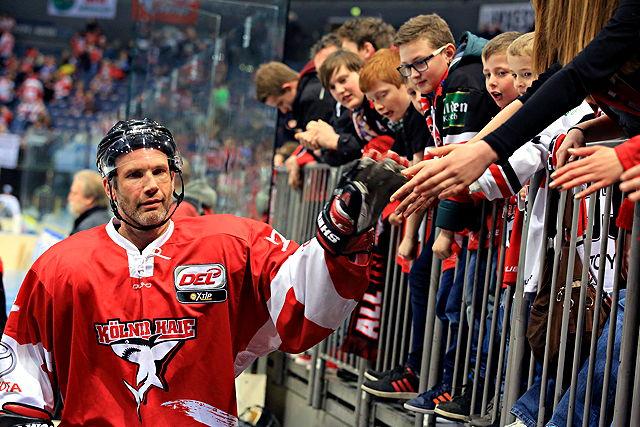 Mirko Lüdemann (Kölner Haie) mit Fans