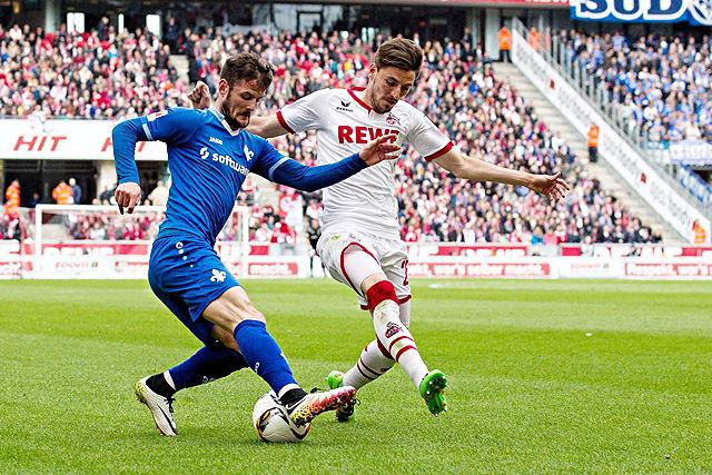 Zweikampf zwischen Marcel Heller (Darmstadt 98) und Filip Mladenovic (1. FC Köln)