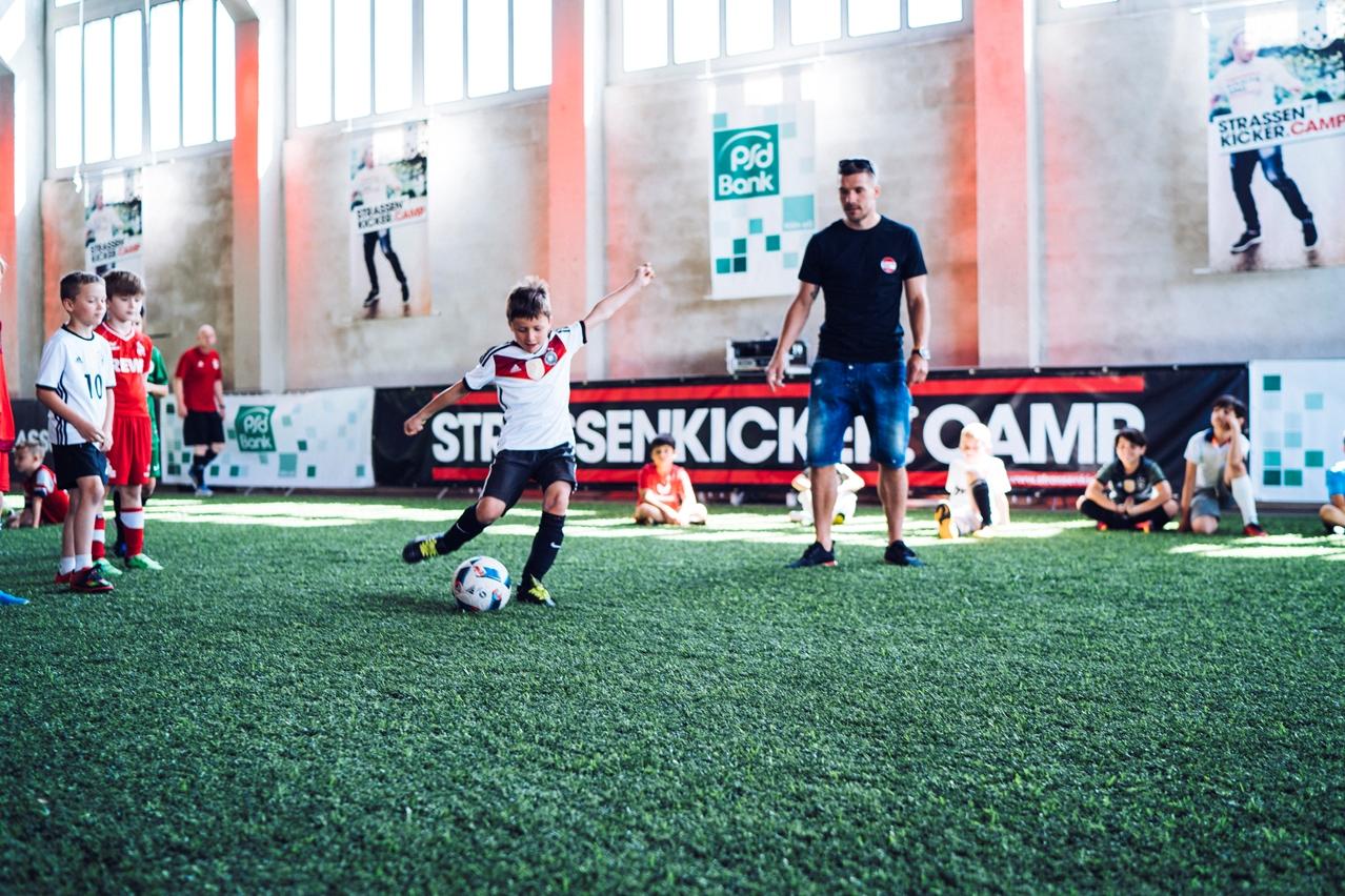 """Stets mit vollem Engagement dabei: Lukas Podolski beim """"Strassenkicker""""-Fußballcamp Foto: PR"""