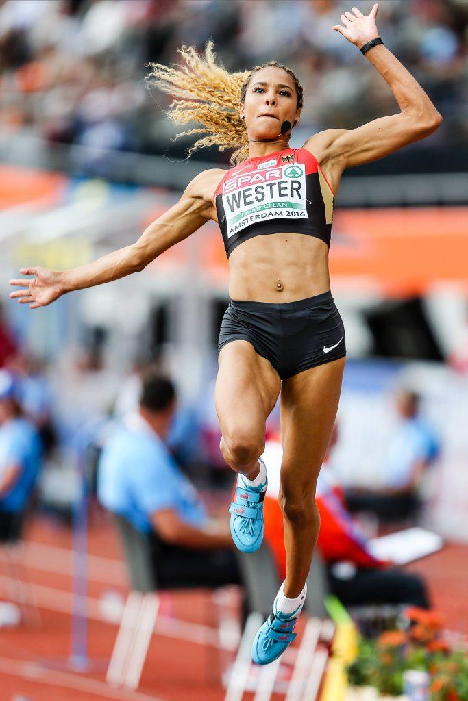 Alexandra Wester springt in eine Grube