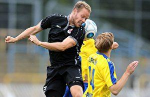 Kopfballduell von Lukas Nottbeck (Viktoria Köln) im Test gegen den 1. FC Lokomotive Leipzig