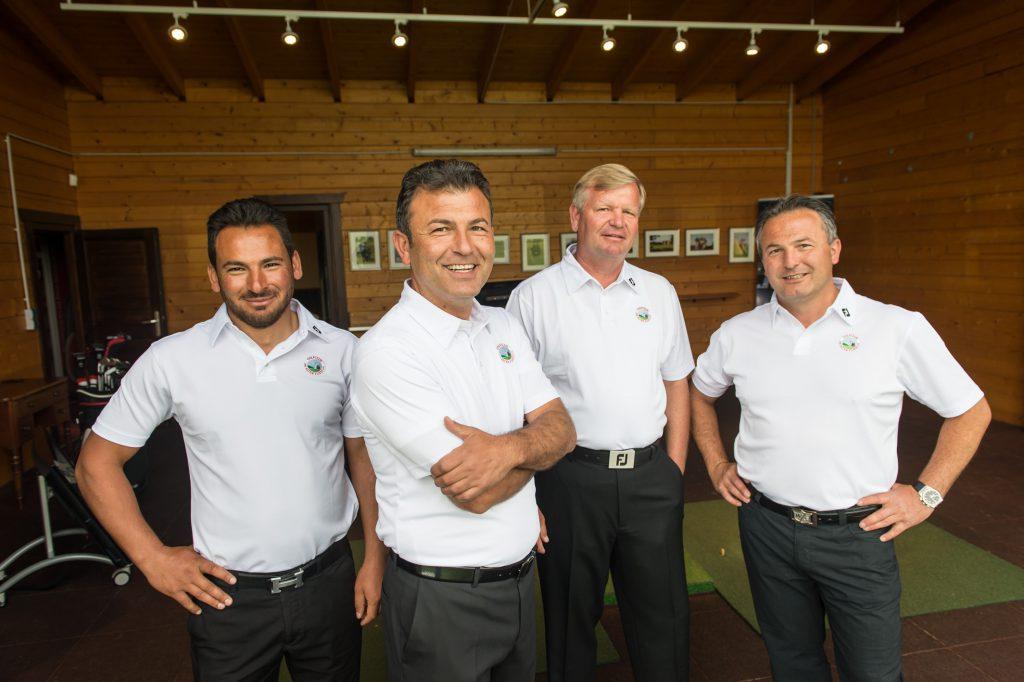 Das Trainerteam um Pro Hüseyin Cetin (vorne) kümmert sich um Anfänger, Fortgeschrittene und ambitionierte Spieler