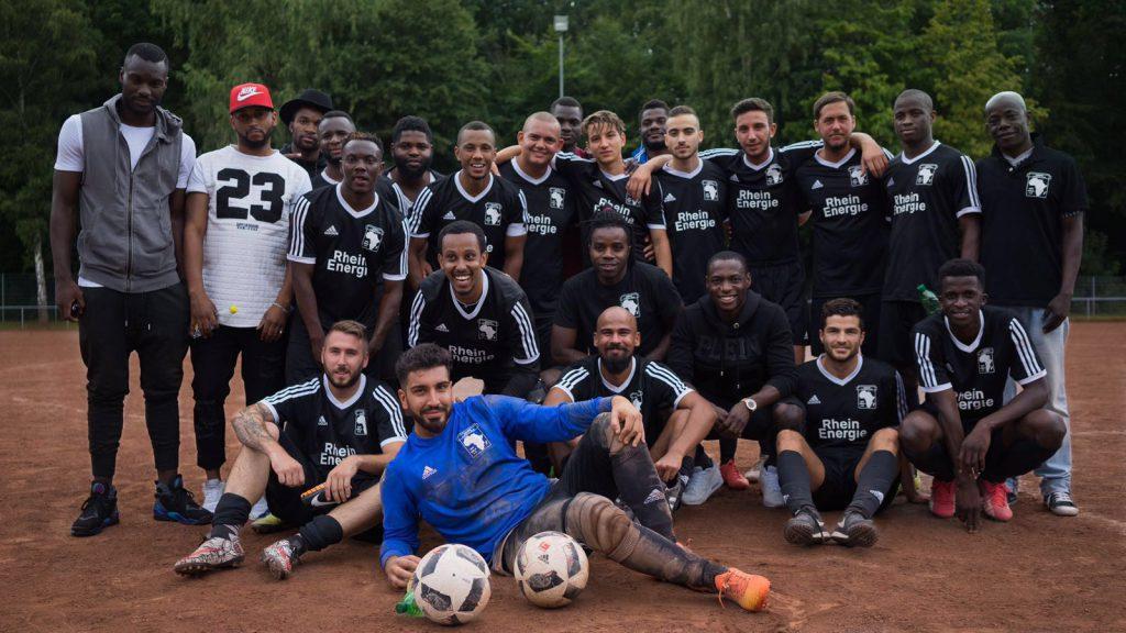 Das Team des Afrika FC erhält prominente Unterstützung: Cedric Mimbala (1.v.l.) und Anthony Ujah (2. Reihe, 3.v.r.) sind mit Herzblut bei der Sache Foto: privat