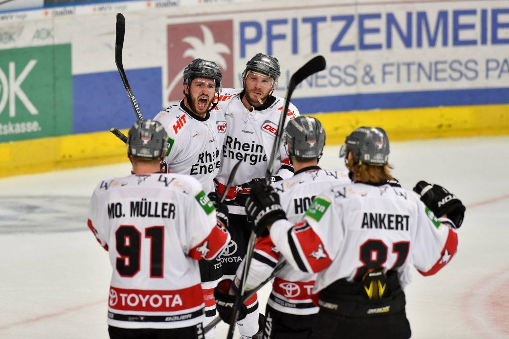 Jubeln mit den Kölner Haien: Unsere Gewinner dürfen sich auf zwei Tickets für das nächste KEC-Heimspiel freuen Foto: imago/Nordphoto