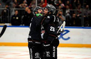 Die Kölner Haie feiern den dritten Sieg im dritten Saisonspiel Foto: imago/mika