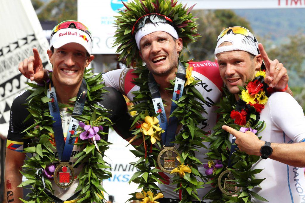 Geschafft aber glücklich: Der Kölner Jan Frodeno (Mitte) gewinnt zum zweiten Mal in Folge den Ironman auf Hawaii Foto: imago/ZUMA Press