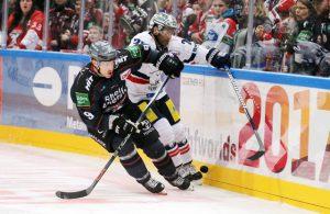 Doppeltorschütze Shawn Lalonde (l., Nr. 9), hier im Duell mit Berlins Micki DuPont, meldete sich nach zwei Spielen Sperre gegen die Eisbären eindrucksvoll zurück. (Foto: IMAGO Horn/Eibner-Pressefoto)