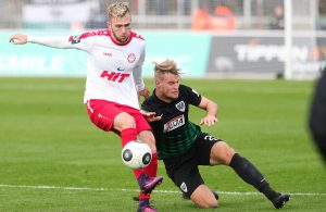 Eine der wenigen Szenen, in denen Fortuna mit Stürmer Marc Brasnic (li.)  gegen Preußen Münster obenauf war Foto: imago/Manngold