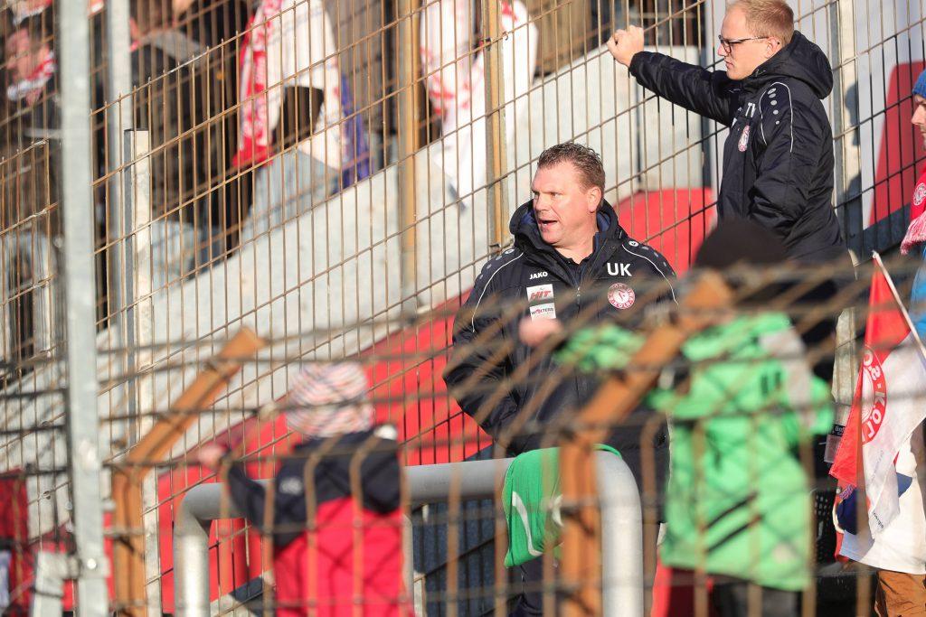 Fortuna-Trainer Uwe Koschinat wird auf die Tribüne geschickt und sieht dort das Gegentor Foto: imago/Manngold