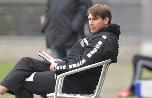 Patrick Helmes beobachtet aufmerksam das Spiel seiner Eleven von der U21 des FC