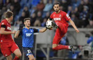 Mergim Mavraj vom 1. FC Köln klärt im Bundesliga-Spiel gegen die TSG Hoffenheim gegen Andrej Kramaric.