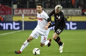 Kevin Kampl von Bayer Leverkusen und Jonas Hector vom 1. FC Köln kämpfen im Bundesliga-Spiel um den Ball.