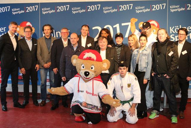"""Mit """"Trops"""", dem Maskottchen der Sportstadt Köln, und hochrangigen Gästen wurde das neue Sportjahr eingeläutet. Foto: StadtSportBund Köln"""