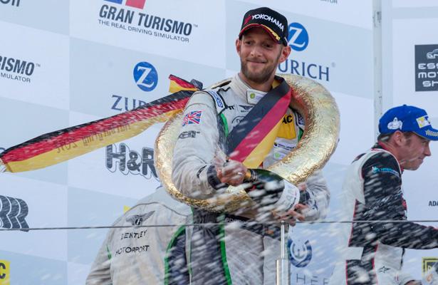 Champagnerspritzerei auf dem Podest gehört auch bei der VLN Langstreckenmeisterschaft auf dem Nürburgring zum Pflichtprogramm. Hier duscht Christopher Brück die Crew vor dem Podest. (Foto: Björn Schüller)